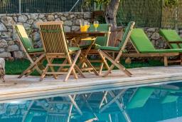Зона отдыха у бассейна. Греция, Георгиуполис : Потрясающая вилла с 3 спальнями, с бассейном, зелёным двориком, тенистой террасой с патио и барбекю