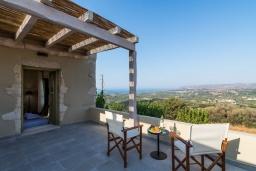 Терраса. Греция, Георгиуполис : Потрясающая вилла с 3 спальнями, с бассейном, зелёным двориком, тенистой террасой с патио и барбекю
