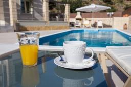 Зона отдыха у бассейна. Греция, Георгиуполис : Потрясающая вилла с 3-мя спальнями, с бассейном, приватным двориком и барбекю