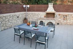 Терраса. Греция, Георгиуполис : Потрясающая вилла с 3-мя спальнями, с бассейном, приватным двориком и барбекю