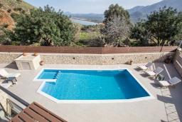 Бассейн. Греция, Георгиуполис : Потрясающая вилла с 3-мя спальнями, с бассейном, приватным двориком и барбекю