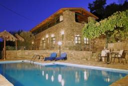 Фасад дома. Греция, Иерапетра : Каменный дом с удивительным видом на горы, с 2 спальнями, с бассейном, приватным двориком и барбекю, расположен на окраине деревни Prina
