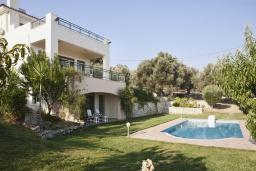 Фасад дома. Греция, Аделе : Потрясающая вилла с 4 спальнями, с бассейном, зелёным двориком, патио, барбекю и террасой с прекрасным видом на окрестности