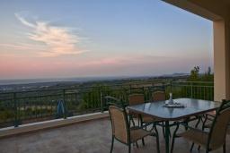 Терраса. Греция, Аделе : Потрясающая вилла с 4 спальнями, с бассейном, зелёным двориком, патио, барбекю и террасой с прекрасным видом на окрестности