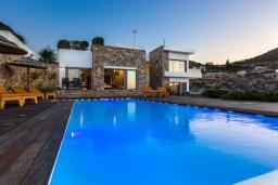 Фасад дома. Греция, Элунда : Роскошная современная вилла с панорамным видом на море и окрестности, с 3 спальнями, с большим бассейном, тренажерным залом, джакузи, барбекю