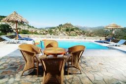 Зона отдыха у бассейна. Греция, Амудара : Прекрасная вилла с 2 спальнями, с бассейном, солнечной террасой с патио и барбекю