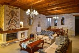 Гостиная. Греция, Панормо : Очаровательная вилла, окруженная вековыми оливковыми деревьями, с 4 спальнями, с бассейном, приватным двориком и каменным барбекю