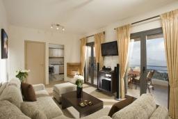 Гостиная. Греция, Элунда : Потрясающая вилла с панорамным видом на  залив Мирабелло, с 3 спальнями, с бассейном, тенистой террасой с патио и барбекю
