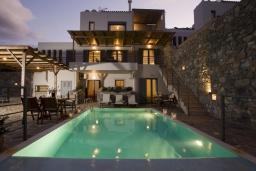 Фасад дома. Греция, Элунда : Прекрасная вилла с панорамным видом на  залив Мирабелло, с 2 спальнями, с бассейном, тенистой террасой с патио и барбекю