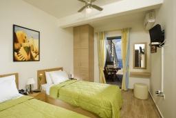 Спальня 2. Греция, Элунда : Прекрасная вилла с панорамным видом на  залив Мирабелло, с 2 спальнями, с бассейном, тенистой террасой с патио и барбекю