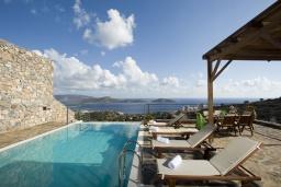 Бассейн. Греция, Элунда : Восхитительная вилла с панорамным видом на море, с бассейном, тенистой террасой, патио и барбекю