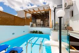 Бассейн. Греция, Ретимно : Очаровательная вилла с потрясающим видом на море, с 4 спальнями, с бассейном, тенистой террасой с патио и барбекю