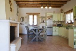 Кухня. Греция, Скалета : Комплекс из двух вилл с 9 спальнями, с зелёной территорией и большим бассейном, патио и барбекю
