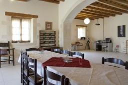 Обеденная зона. Греция, Скалета : Комплекс из двух вилл с 9 спальнями, с зелёной территорией и большим бассейном, патио и барбекю