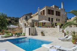 Фасад дома. Греция, Аделе : Роскошная вилла с захватывающим видом на Эгейское море, с 4 спальнями, с большим бассейном, патио, бильярдом и барбекю