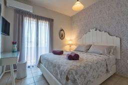 Спальня. Греция, Ретимно : Комфортабельная вилла с 4 спальнями, с бассейном, частным двориком, беседкой с патио и каменным барбекю, расположена в деревне Atsipopoulo Village