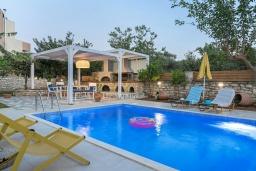 Бассейн. Греция, Ретимно : Комфортабельная вилла с 4 спальнями, с бассейном, частным двориком, беседкой с патио и каменным барбекю, расположена в деревне Atsipopoulo Village