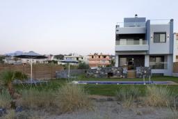 Фасад дома. Греция, Ретимно : Современная пляжная вилла с с потрясающим видом на Эгейское море, с 4 спальнями, с бассейном, тенистой террасой с патио и барбекю