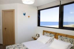 Спальня. Греция, Ретимно : Современная пляжная вилла с с потрясающим видом на Эгейское море, с 4 спальнями, с бассейном, тенистой террасой с патио и барбекю
