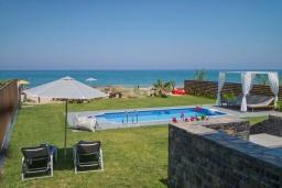 Бассейн. Греция, Ретимно : Современная пляжная вилла с с потрясающим видом на Эгейское море, с 4 спальнями, с бассейном, тенистой террасой с патио и барбекю