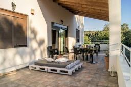 Терраса. Греция, Скалета : Уютная вилла с 5 спальнями, бассейном, зелёным двориком с беседкой с патио и каменным барбекю, расположена в деревне Prinos