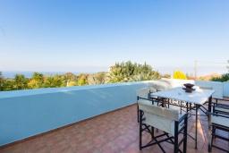 Обеденная зона. Греция, Ретимно : Прекрасная вилла с 3 спальнями, с бассейном, красивым садом, патио и каменным барбекю, расположена на окраине тихой деревни Prines