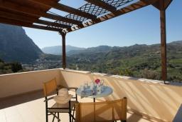 Балкон. Греция, Ретимно : Уютная вилла с 4 спальнями, с зелёным двориком, тенистой террасой с патио и барбекю расположена в окружение пышной зелени