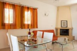 Гостиная. Греция, Ретимно : Уютная вилла с 4 спальнями, с зелёным двориком, тенистой террасой с патио и барбекю расположена в окружение пышной зелени