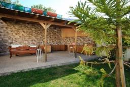 Территория. Греция, Ретимно : Уютная вилла с 4 спальнями, с зелёным двориком, тенистой террасой с патио и барбекю расположена в окружение пышной зелени