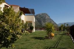 Фасад дома. Греция, Ретимно : Уютная вилла с 4 спальнями, с зелёным двориком, тенистой террасой с патио и барбекю расположена в окружение пышной зелени