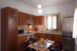 Кухня. Греция, Ретимно : Уютная вилла с 4 спальнями, с зелёным двориком, тенистой террасой с патио и барбекю расположена в окружение пышной зелени