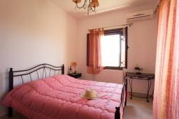 Спальня 2. Греция, Ретимно : Уютная вилла с 4 спальнями, с зелёным двориком, тенистой террасой с патио и барбекю расположена в окружение пышной зелени