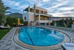 Фасад дома. Греция, Ретимно : Роскошная вилла с видом на море, с 6 спальнями, с бассейном, патио и барбекю, расположена в деревне Roussospiti