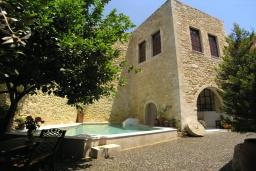Фасад дома. Греция, Аделе : Роскошная традиционная вилла с панорамным видом на море, с 5 спальнями, с бассейном и джакузи, тенистой террасой с патио, террасой на крыше и барбекю