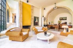 Гостиная. Греция, Аделе : Роскошная традиционная вилла с панорамным видом на море, с 5 спальнями, с бассейном и джакузи, тенистой террасой с патио, террасой на крыше и барбекю
