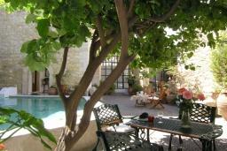 Территория. Греция, Аделе : Роскошная традиционная вилла с панорамным видом на море, с 5 спальнями, с бассейном и джакузи, тенистой террасой с патио, террасой на крыше и барбекю