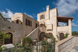 Фасад дома. Греция, Скалета : Потрясающая традиционная вилла с невероятным видом на горы, с 4 спальнями, с зелёным садом, с бассейном, солнечной террасой и барбекю, расположена в деревне Eleftherna