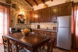 Кухня. Греция, Скалета : Потрясающая традиционная вилла с невероятным видом на горы, с 4 спальнями, с зелёным садом, с бассейном, солнечной террасой и барбекю, расположена в деревне Eleftherna