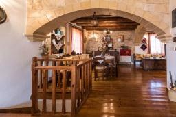 Гостиная. Греция, Скалета : Потрясающая традиционная вилла с невероятным видом на горы, с 4 спальнями, с зелёным садом, с бассейном, солнечной террасой и барбекю, расположена в деревне Eleftherna