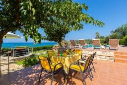 Зона отдыха у бассейна. Греция, Ретимно : Роскошная вилла с панорамным видом на море, с 7 спальнями, с большим зелёным садом, с бассейном, беседкой и барбекю, расположена в 20 метрах от пляжа в районе Petres
