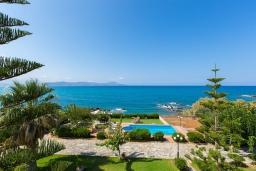 Вид на море. Греция, Ретимно : Роскошная вилла с панорамным видом на море, с 7 спальнями, с большим зелёным садом, с бассейном, беседкой и барбекю, расположена в 20 метрах от пляжа в районе Petres