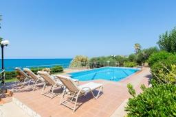 Бассейн. Греция, Ретимно : Роскошная вилла с панорамным видом на море, с 7 спальнями, с большим зелёным садом, с бассейном, беседкой и барбекю, расположена в 20 метрах от пляжа в районе Petres