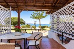 Терраса. Греция, Ретимно : Роскошная вилла с панорамным видом на море, с 7 спальнями, с большим зелёным садом, с бассейном, беседкой и барбекю, расположена в 20 метрах от пляжа в районе Petres
