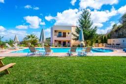 Фасад дома. Греция, Скалета : Прекрасная вилла с видом на море, с 5 спальнями, с бассейном, беседкой с патио и каменным барбекю