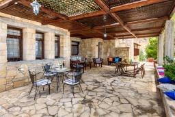 Терраса. Греция, Превели : Роскошная вилла в 50 метрах от пляжа и с видом на море, 3 спальни, 2 ванные комнаты, приватный дворик с барбекю, парковка, Wi-Fi