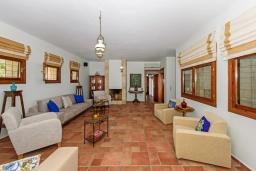 Гостиная. Греция, Превели : Роскошная вилла в 50 метрах от пляжа и с видом на море, 3 спальни, 2 ванные комнаты, приватный дворик с барбекю, парковка, Wi-Fi