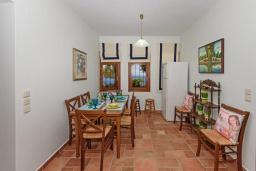 Обеденная зона. Греция, Превели : Роскошная вилла в 50 метрах от пляжа и с видом на море, 3 спальни, 2 ванные комнаты, приватный дворик с барбекю, парковка, Wi-Fi