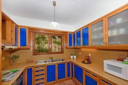 Кухня. Греция, Превели : Роскошная вилла в 50 метрах от пляжа и с видом на море, 3 спальни, 2 ванные комнаты, приватный дворик с барбекю, парковка, Wi-Fi