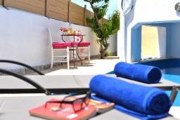 Зона отдыха у бассейна. Греция, Скалета : Уютная вилла с бассейном в 150 метрах от пляжа, 3 спальни, 3 ванные комнаты, барбекю, парковка, Wi-Fi