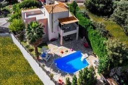 Фасад дома. Греция, Ретимно : Роскошная вилла с бассейном и зеленым двориком с барбекю, 4 спальни, 2 ванные комнаты, парковка, Wi-Fi